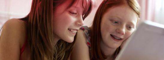Kuva kaksi nuorta tyttöä istuu tietokoneen ääressä.Kuvasta että on tavallista, että on paljon kysymyksiä ja ob® verkkosivuilta löydät tietoa ensimmäisen kuukautiset, murrosikä ja muuta hyödyllistä tietoa