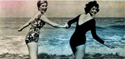 Kuva kahdesta naisesta uimapuvuisa rannalla. Kuva on mustavalkoinen ja vanha, ja kuvastaa naisten vallankumousta.