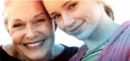 Kuva kahdesta naisesta, nuoresta ja vanhemmasta. Kuva kuvastaa o.b. Tamponeiden historiaa ja kuinka o.b. on vaikuttanut kaikenikäisten naisten arkipäivään yli 65-vuoden ajan.